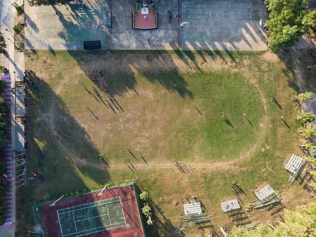 タイの学生が田舎の公立学校で運動する