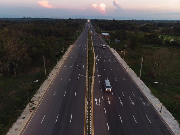 緑の田んぼの横にある高速道路道路