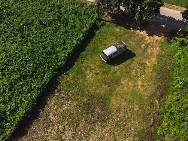 緑の田んぼの横にある古いビンテージバン
