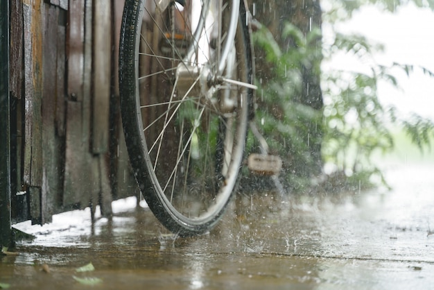 Старинная стоянка для велосипедов во время дождя