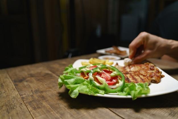 ステーキ皿の調整と清掃
