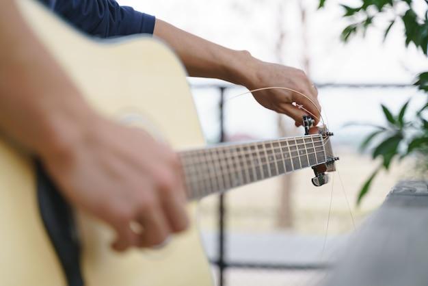 アコースティックギターの弦コードの調整