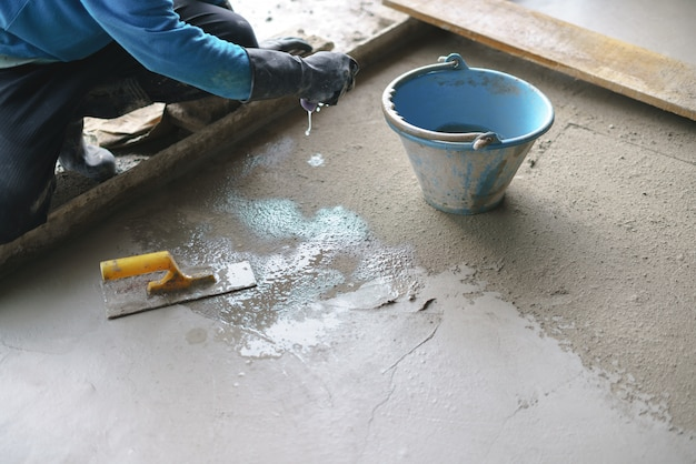 Азиатский рабочий, работающий с бетоном