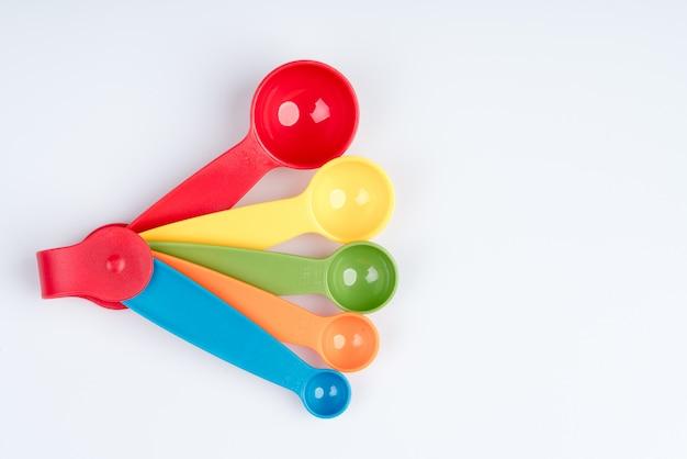 着色されたプラスチック製の計量スプーンのセット
