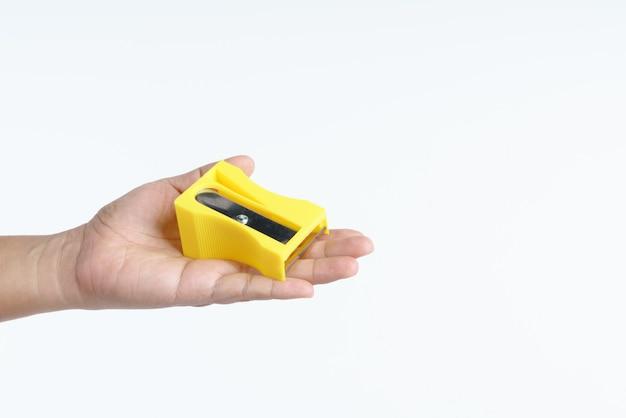 ニンジンを剥離するための大きな鉛筆削りを持っている手