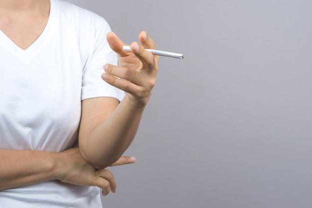 女の手がタバコを吸う