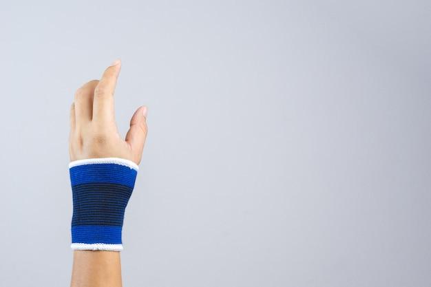 Рука с эластичной поддержкой запястья и жестом