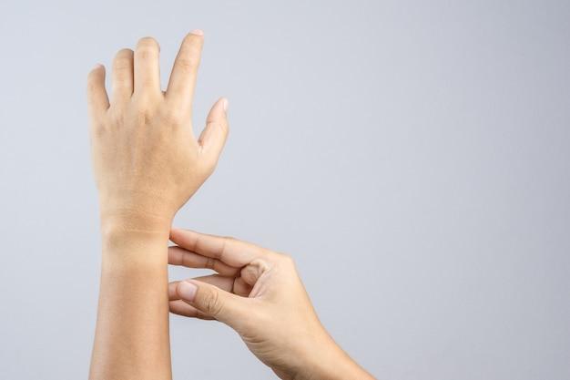太陽の手を持つ手が腕時計にマークを残した