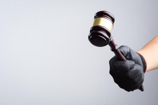 手は木製の裁判官の義務を違法または不当な兆候として持っている