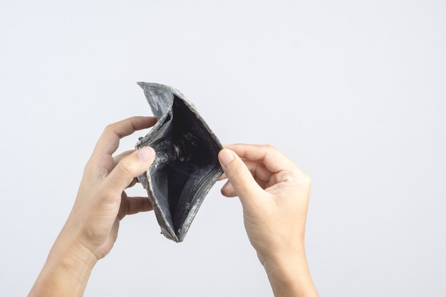 金型と真菌の空の古い革のポーチまたは人財布を手に持つ手