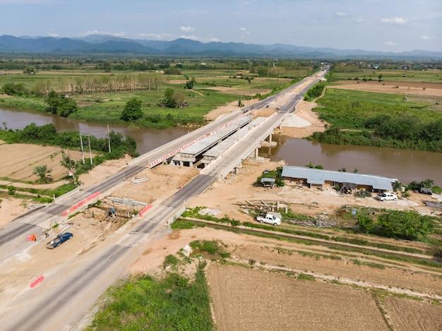 水路の上にアジア人労働者橋を建てる