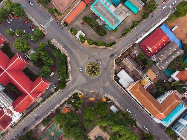 都市の道路のロータリーの空撮