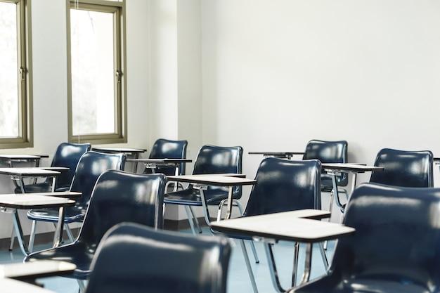 Студенты и столы для лекций в университете