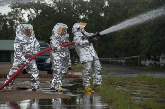 Группы реагирования на чрезвычайные ситуации, подходящие для сиз для защиты их от опасных материалов