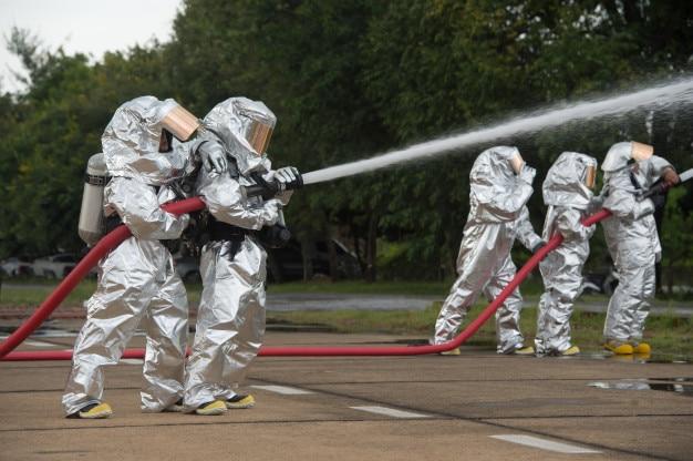 Пожарные в химической защите