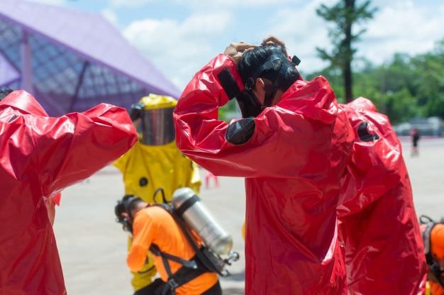 Пожарный и костюм для защиты от опасности, подготовка