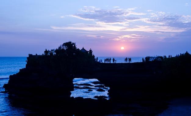 Закат в бату болонг и танах лот - бали, индонезия