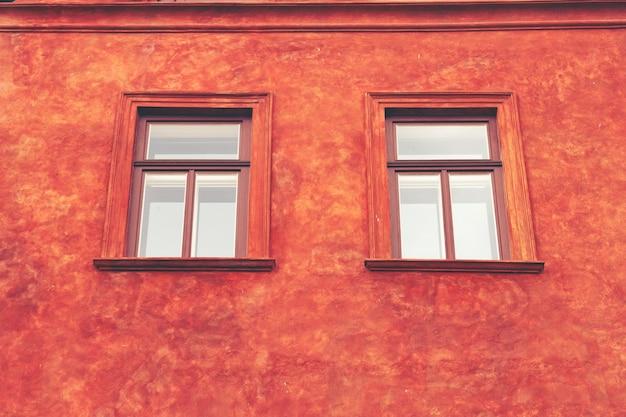 カラーセメントの壁にヴィンテージの窓は、背景のために使用することができます