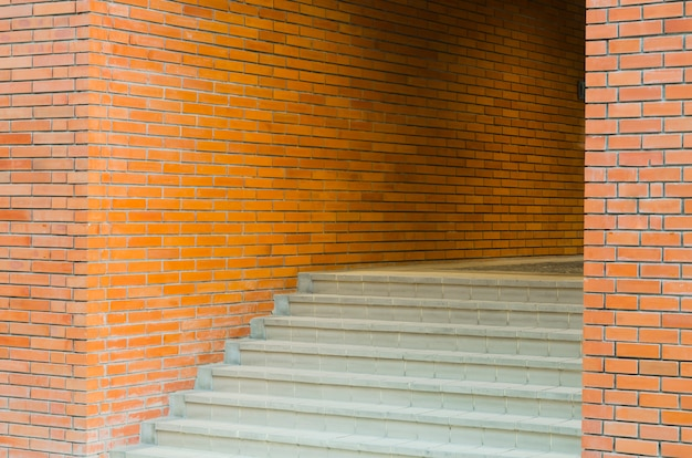 Красная кирпичная стена текстура гранж фон с виньетированными углами интерьера