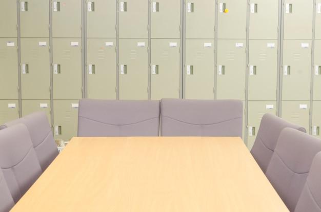 空の会議室と会議テーブル