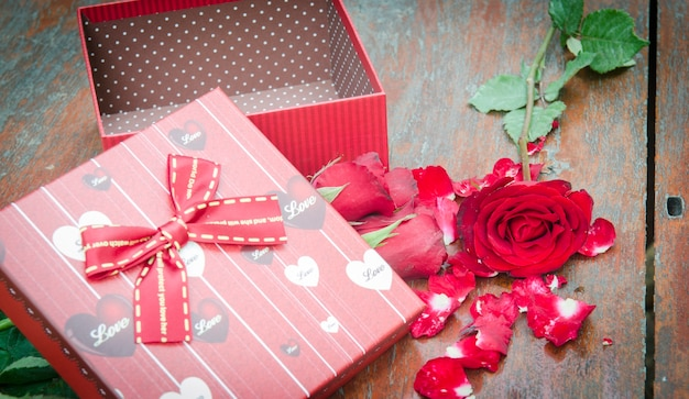 バレンタインデーのバラと贈り物の写真。