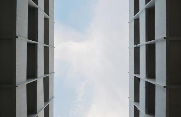 青い空に対して建設中の高層商業ビルの低角度の景色