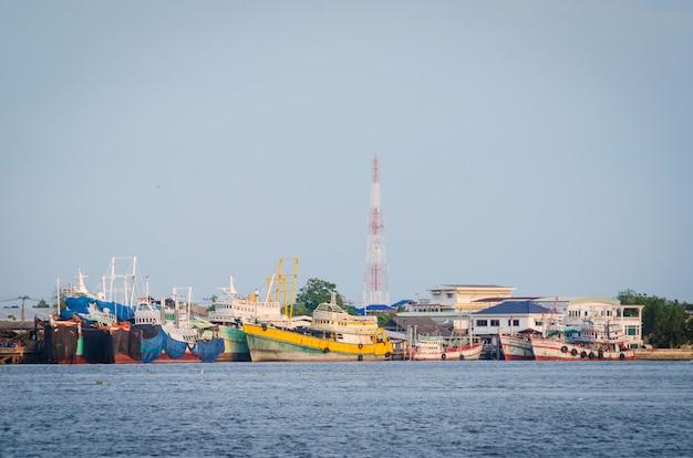 港に到着した大型コンテナ船