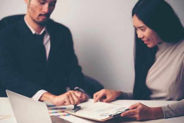 クローズアップ、人、手、刻印、承認、切手、文書、机