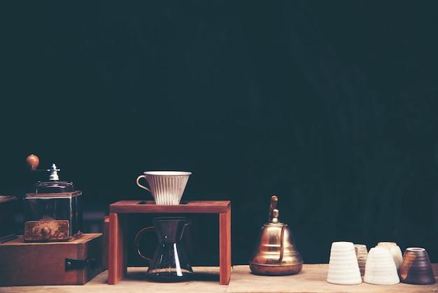 コーヒーショップカフェディスプレイのコーヒーバーにドリップコーヒーグラスキット。