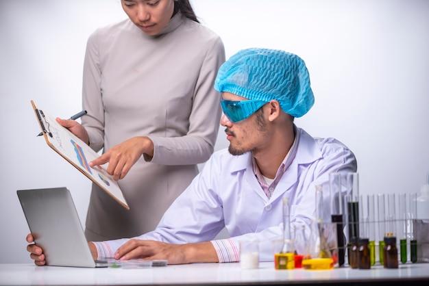 科学者は研究室で化粧品研究を研究しています。