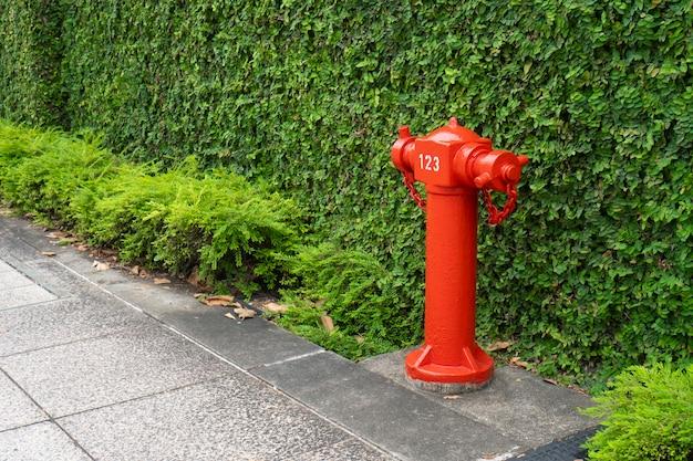 都市部の赤い火の管、道を歩く