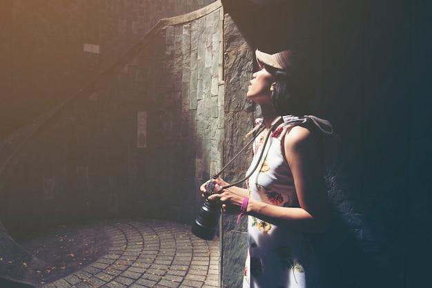 Молодая девушка-путешественник в винтовой лестнице подземного креста