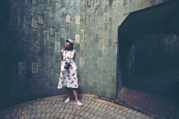 Молодая девушка путешественник в винтовой лестнице в форт-каннинг-парк