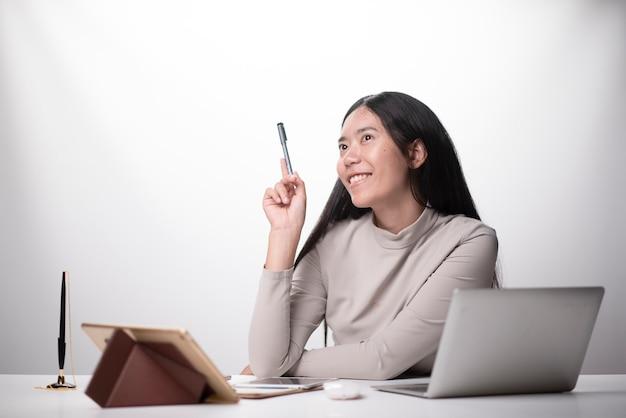 若い女性は顧客からの新しい注文の後に幸せ