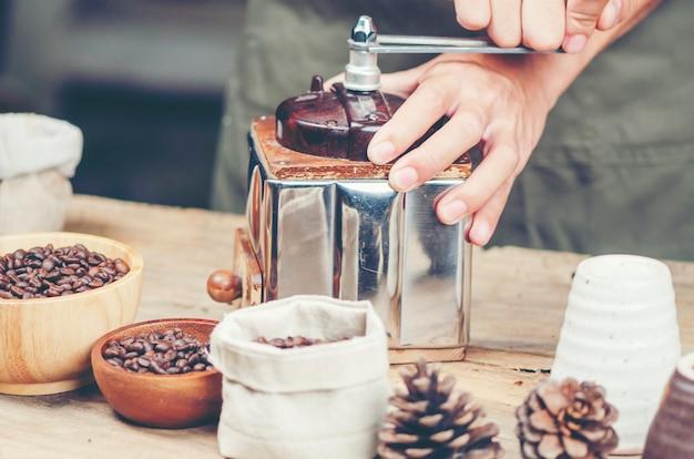 コーヒーを落とすフィルタープロセス、ヴィンテージフィルターイメージ