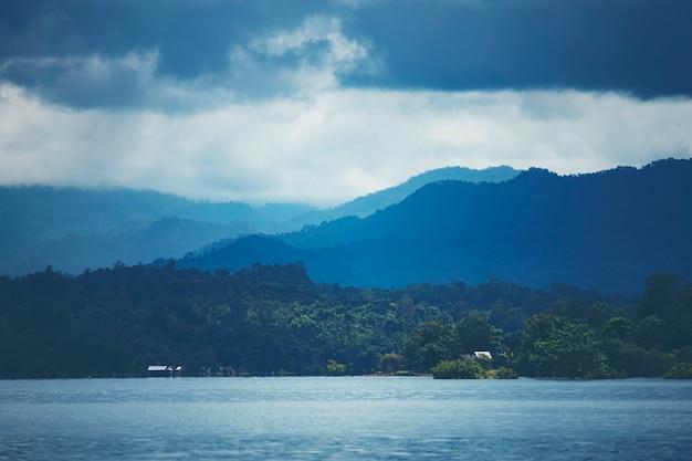熱帯湖と山、自然の風景