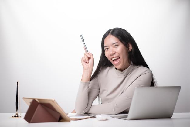 Женщины работают портативный компьютер из дома на деревянном полу с почтовой посылкой, продажа онлайн
