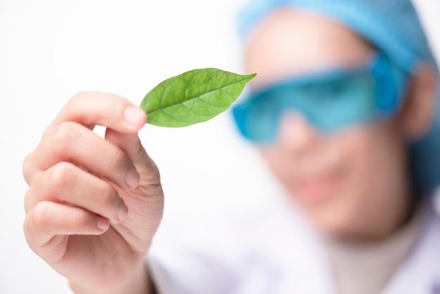 医者の女性科学者は、薬草とラボで薬草を作る葉ビタミンサプリメント
