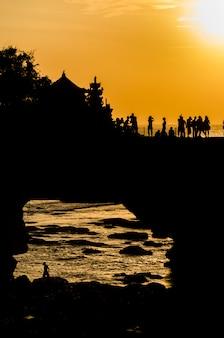 Закат в пура бату болонг - танах лот, бали, индонезия