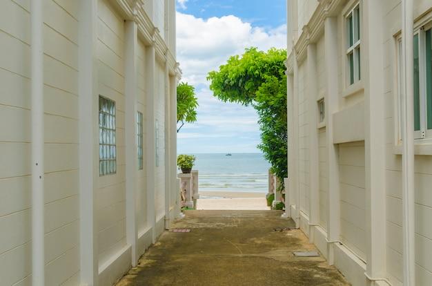 海の景色の建物