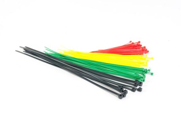 Цветная кабельная стяжка на белом фоне
