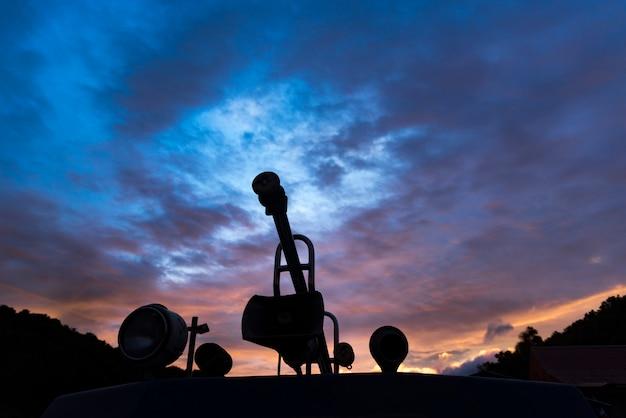 沿岸トランジットポール、夕暮れ時