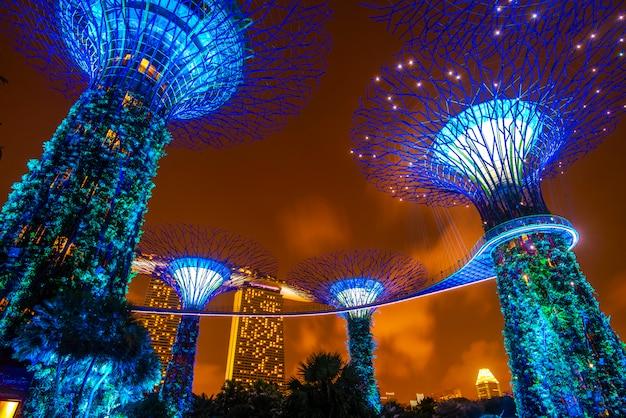 Супердеревянный сад ночью в саду у залива, сингапур