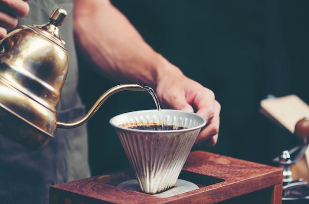 カフェでコーヒーをドリップ、ビンテージフィルター画像
