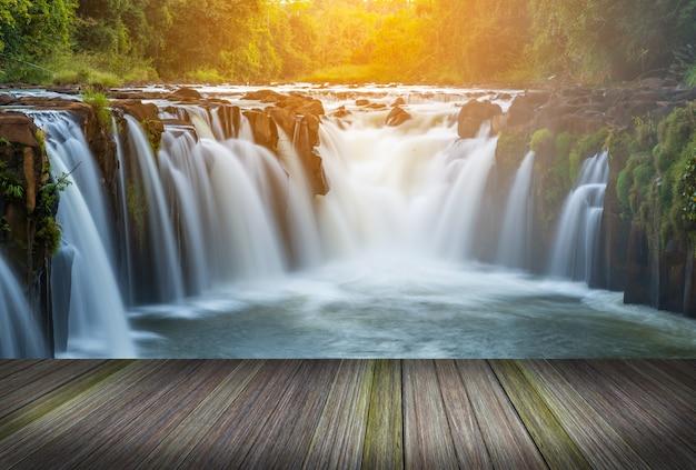 湖の横のプラットフォーム、タイの熱帯雨林
