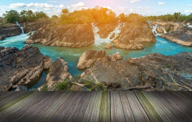 湖の横のプラットフォーム、熱帯の滝タイの熱帯雨林