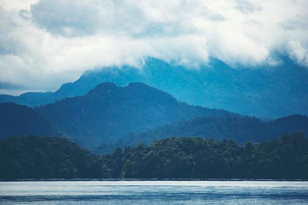 熱帯の湖と山、自然の眺め
