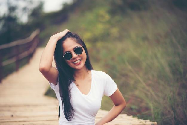 自然のフィールドでセクシーなアジアの女の子