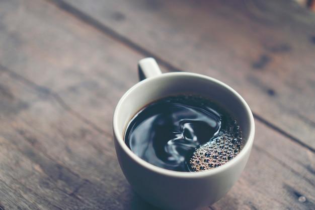 コーヒーフィルタープロセスからの熱いコーヒーカップ、ドリップコーヒー