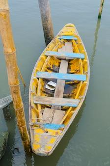 ペッチャブリー県、タイの湖でボートします。